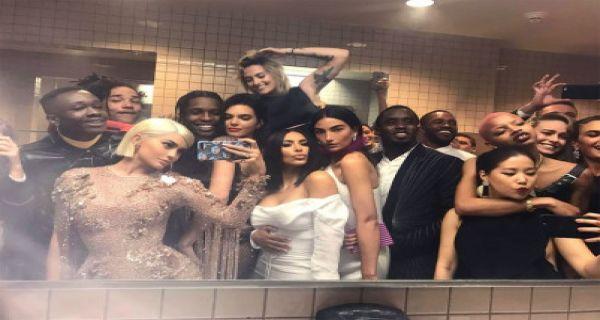 Kanye Ngambek Kylie Jenner Dan Bella Hadid Nongkrong Di Kamar Mandi Page 2 Jpnn Com