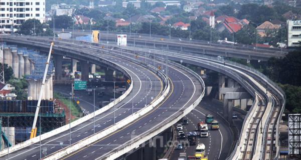 Tol Layang Syeikh Mohammed Bin Zayed (MBZ) di Kabupaten Bekasi, Jawa Barat, Kamis (6/5) tampak sepi. Kepolisian dan PT Jasa Marga (Persero) menutup menutup Tol Layang MBZ seiring pemberlakuan larangan mudik pada 6-17 Mei. Foto: Ricardo - JPNN.com