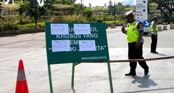 Petugas kepolisian berjaga di pintu masuk Taman Impian Jaya Ancol, Jakarta Utara, Sabtu (15/5). Pengelola Ancol menutup seluruh area rekreasi dan wisatanya selama sehari guna penyemprotan disinfektan dan evaluasi penguatan protokol kesehatan. Foto: Ricardo - JPNN.com