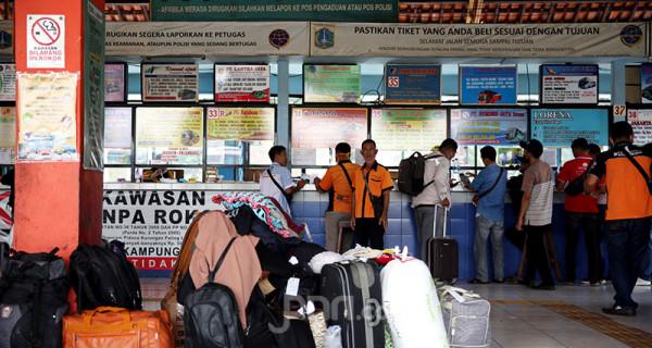Suasana Terminal Kampung Rambutan, Jakarta Timur, Rabu (19/5). Pemerintah Provinsi DKI Jakarta kembali mengoperasikan Terminal Kampung Rambutan setelah masa larangan mudik Lebaran berakhir pada Senin (17/5). Foto: Ricardo - JPNN.com