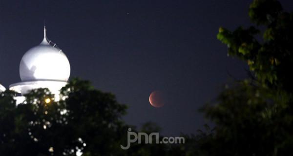 Gerhana bulan total atau super blood moon terlihat jelas dari Masjid Al Azhar, Jakarta Selatan, Rabu (26/5) malam. Foto: Ricardo - JPNN.com
