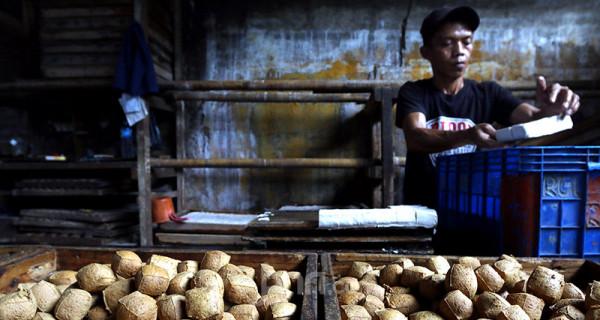 Pekerja menyelesaikan pembuatan tahu di UMKM Industri tahu rumahan di kawasan Ciledug, Tangerang, Banten, Selasa (1/6). Dalam satu hari UMKM Industri tahu rumahan tersebut mampu memproduksi sebanyak lima kuintal tahu yang dipasarkan ke sejumlah pasar tradisional di kawasan Tangerang dan Kebayoran. Foto: Ricardo - JPNN.com