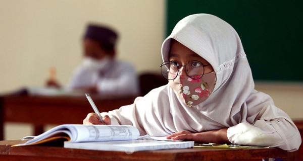 Murid SD Negeri 14 Pondok Labu, Jakarta Selatan, mengikuti uji coba pembelajaran tatap muka tahap I, Jumat (4/6). Pemprov DKI Jakarta akan melakukan uji coba pembelajaran tatap muka tahap II pada 7-24 Juni 2021 di 85 sekolah. Foto: Ricardo - JPNN.com