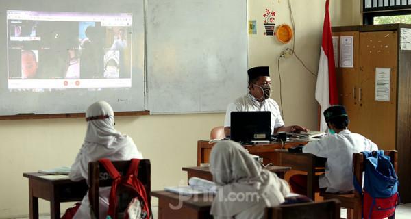 Sejumlah murid SD Negeri 14 Pondok Labu, Jakarta Selatan, mengikuti uji coba pembelajaran tatap muka tahap I, Jumat (4/6). Pemprov DKI Jakarta akan melakukan uji coba pembelajaran tatap muka tahap II pada 7-24 Juni 2021 di 85 sekolah. Foto: Ricardo - JPNN.com
