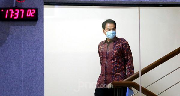 Wakil Ketua DPR RI Azis Syamsuddin usai menjalani pemeriksaan di Gedung KPK, Jakarta, Rabu (9/6). Politikus Partai Golkar itu diperiksa sebagai saksi kasus dugaan suap yang menjerat mantan penyidik KPK Stepanus Robin Pattuju. Foto: Ricardo - JPNN.com